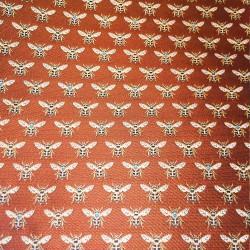 Tissus Jacquard HONEY brodé d'abeilles dorées sur un fond rouge piment.