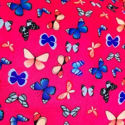 Tissu Viscose imprimée de papillons multicolores sur un fond fuchsia.